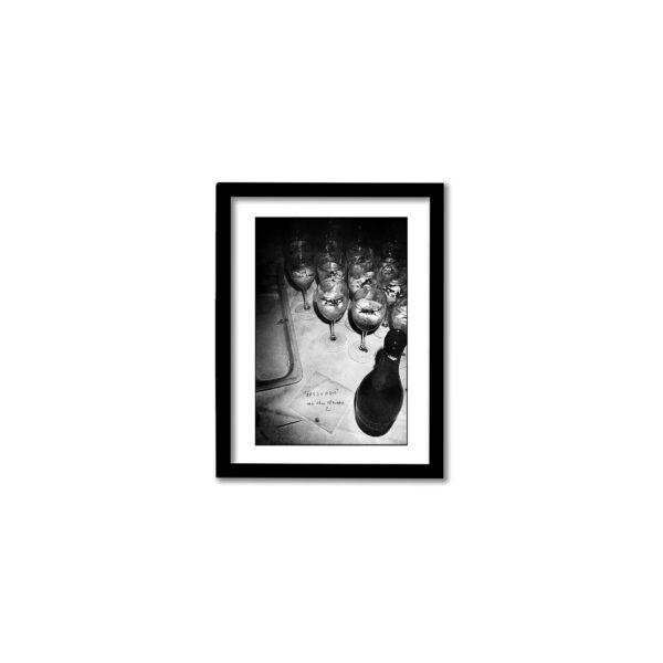 """svartvit fotokonst från festen efter rättegången gällande """"Det här är en svensk tiger"""" av Aron Flam"""